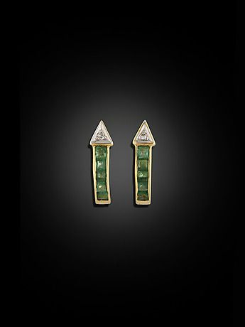 128744. ÖRHÄNGEN, 18 kt guld med 10 carréslipade smaragder (D1) och 2 diamanter 8/8. – Auctionet