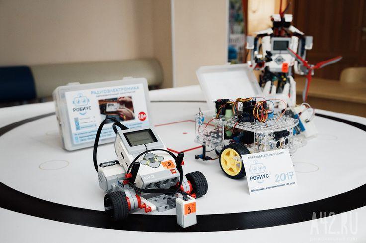 Сегодня платформа Lego - лидер образовательной робототехники. Наборами Lego Mindstorms EV3 оснащены кружки робототехники во всем мире. Lego Mindstorms EV3 с одной стороны - обучающие, с другой — безграничные конструкторские возможности. Конструктор позволяет собрать игрушечных роботов, а также прототипы космических станций, космических самолетов и прочее. Причем это под силу детям. Кроме того, из Lego Mindstorms EV3 можно сделать робота, который соберет кубик Рубика за 3 секунды.