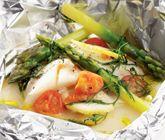 Ett mumsigt och nyttigt recept på fisk i folie med krämig jordärtskockspuré. Du tillagar fisken i ugn med körsbärstomater, sparris, citron och dill. Purén gör du av potatis, jordärtskockor och mjölk. Garnera med dill!