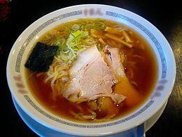 ラーメン(醤油ラーメン)の典型の「東京ラーメン」。丼には雷文[1]の模様が見える