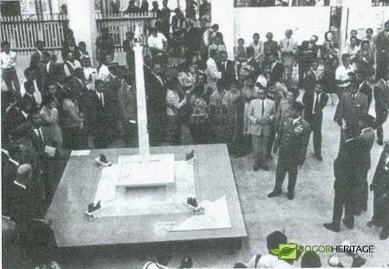 Soekarno melihat maket monumen nasional
