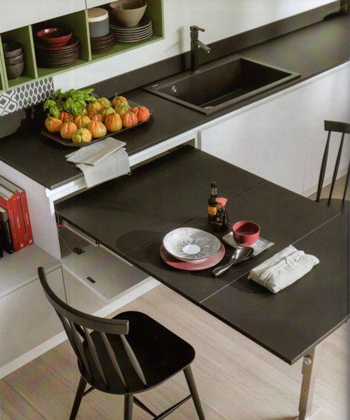 Il piano estraibile T-Able, meccanismo di Atim, consente di disporre in cucina (nella foto, il modello Infinity di Stosa) di un tavolo in più quando occorre.