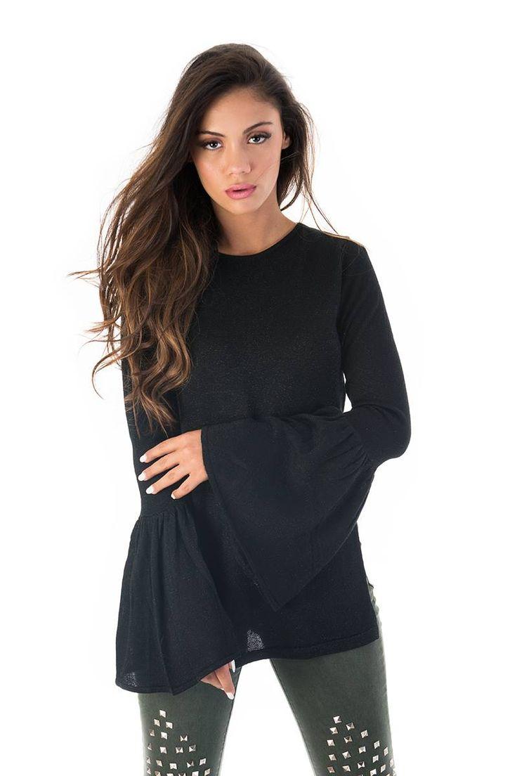 Bell sleeve blouse with side openings. Round neck and long sleeves. 80% Viscose. 20% Nylon. https://www.modaboom.com/mplouza-me-kampana-maniki-mauri.html