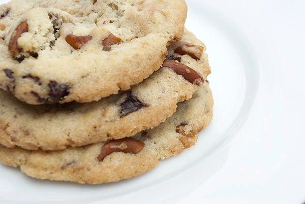 Heute habe ich mal wieder ein leckeres Cookie-Rezept für euch. Und es sind nicht nur einfache Schoko-Cookies, denn diese sind beladen mit Zartbitterschokolade, Salzbrezeln und Karamellbonbons. Dass…