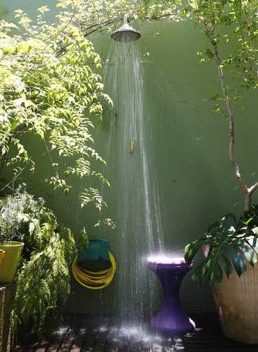 No jardim de Renata Bartolomeu, plantas ajudam a disfarçar o chuveiro Foto: Camilla Maia / Agência O Globo