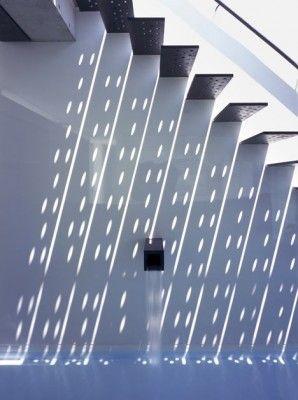 Escaleras en voladizo flotan por encima de un espejo de agua en una residencia Hyougo, Japón. Elogios del dezeen.