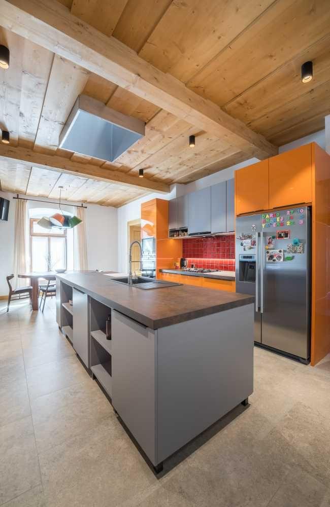 Náročná rekonštrukcia historického domu premenila starú jedáleň na charizmatické bývanie pre veľkú rodinu
