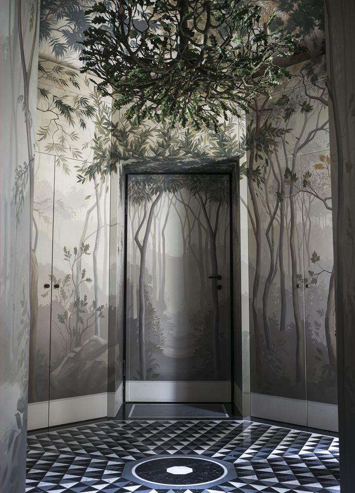 L'entrée dissimule derrière ses fresques les portes d'armoires ainsi que celles du salon et de l'escalier. Au sol, un marbrier a exécuté un dessin créé sur mesure par Studiopepe.