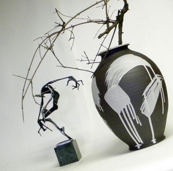 Váza+Černobílá+druhá+Na+kruhu+točená+váza,+výška+29cm,+průměr+21cm.+Vnitřek+glazován+bílou,+matnou+glazurou,+zvenku+gestická+malba+bílou+engobou.+Váza+je+vhodná+na+suché+i+živé+květy.+Tvoří+soubor+s+další+vázou+z+mé+nabídky+a+nejvíce+jim+to+sluší+pospolu,+vytváří+velice+exkluzivní,+výrazný+a+přitom+decentní+doplněk+moderního+interiéru+či+firemního+...