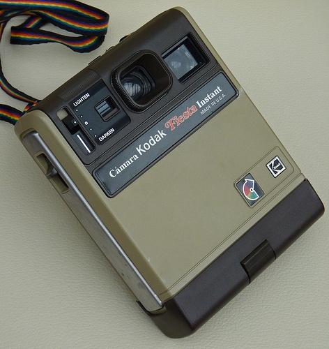 Kodak Fiesta Instant Camera. Sería una de las últimas Kodak, debido a que Polaroid demandó a Kodak