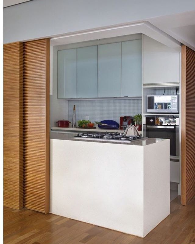 Cozinha super inovadora  A proposta é uma cozinha semi integrada  As portas de madeira ripada embutidas no gesso formam um painel quando fechadas e quando abertas, integram a cozinha ao espaço! ✨ #ohlaemcasa | Por Anna Backheuser  #cozinhasohlaemcasa #integraçãoohlaemcasa