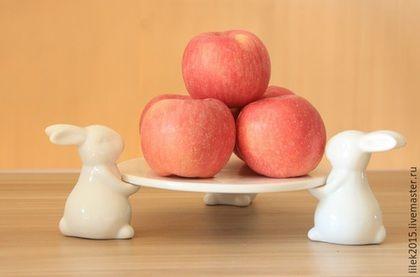Тарелки ручной работы. Ярмарка Мастеров - ручная работа. Купить Блюдо для торта Веселые зайчата. Handmade. Белый, белый кролик