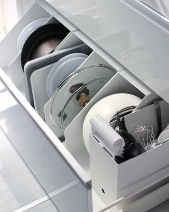 キッチンのシンク下の収納にはプラスチック製のファイルボックスが大活躍!調味料は勿論、重ねて収納するとかさばるフライパンや鍋の蓋もこのとおり、スッキリと収納する事が出来ます。