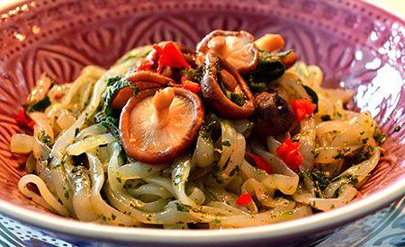 (Zentrum der Gesundheit) – Nudeln können beim Abnehmen helfen, nämlich dann, wenn es Konjac-Nudeln sind. Konjac-Nudeln enthalten null Kohlenhydrate, sättigen aber nachhaltig und sind in unterschiedlichen Variationen erhältlich: Spaghetti, Lasagne, Glasnudeln und die für dieses Rezept verwendeten Fettuccine. Das würzige Pesto aus verschiedenen Kräutern sorgt gemeinsam mit den herzhaften Shiitake-Pilzen für einen leckeren und gleichzeitig gesunden Low-Carb-Genuss. Guten Appetit!