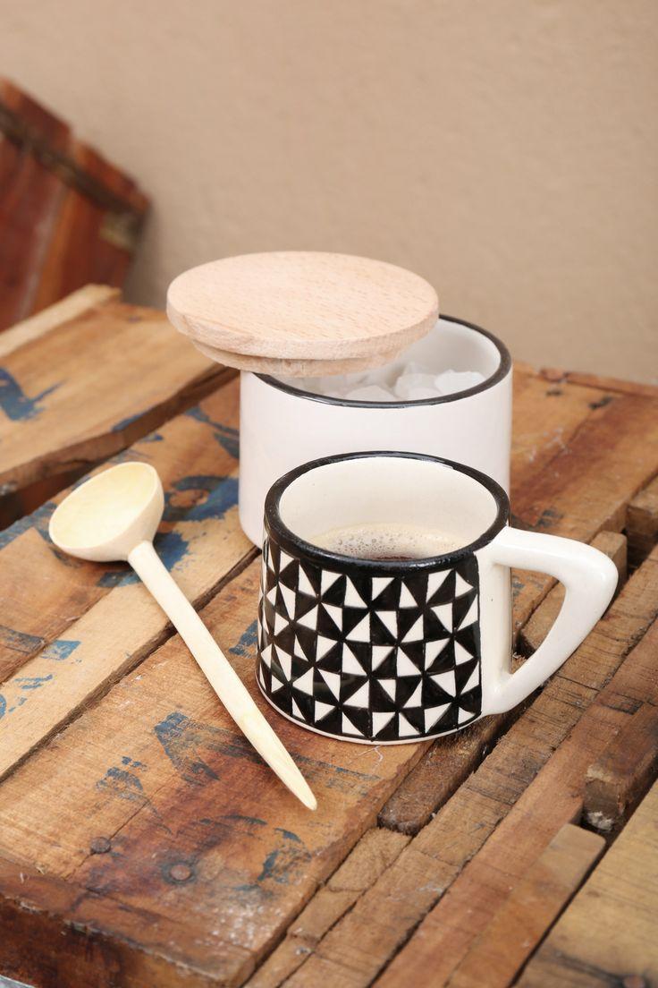 Tasse expresso en céramique noire et blanche et pot à sucre.