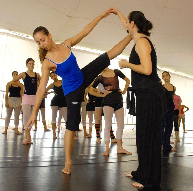 """A companhia """"Nós da dança"""" vai oferecer oficinas gratuitas de Dança Moderna, no Centro Coreográfico do Rio de Janeiro , com 30 vagas por oficina, durante dois fins de semana. Nos dias 29, 30 de junho e 5, 6 e 7 de julho, os integrantes da companhia mostrarão um pouco da dança moderna utilizando a...<br /><a class=""""more-link"""" href=""""https://catracalivre.com.br/rio/agenda/gratis/nos-da-danca-oferece-oficina-gratuita-de-danca-moderna/"""">Continue lendo »</a>"""
