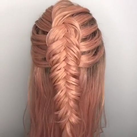 There is a hairstyle that will never go out of style: the braid. Because there are thousands of variations of the hairstyle classic. Whether twisted, twirled or braided, alternative Fishtail or cool Braid: With these braided #hairstyles you will certainly keep a cool head. Weaving braids is a trend - but do you also master the weaving art from the bottom up? If you need braiding for plaits, we will be glad to help you.