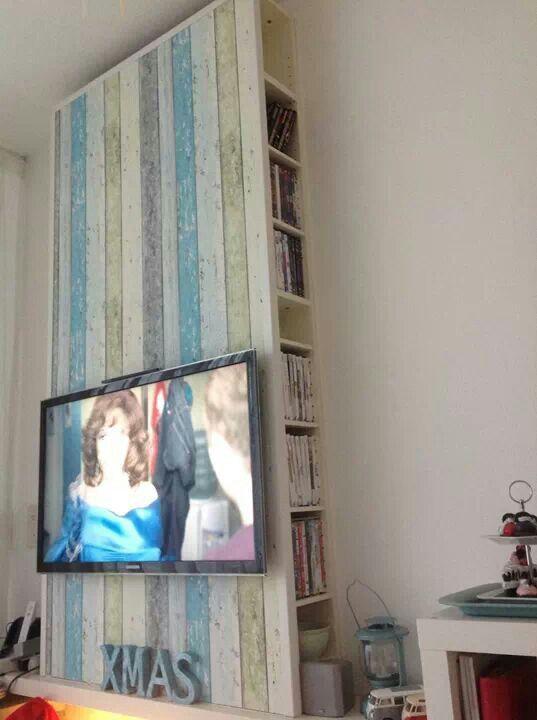 V Bergsma - Geen geld voor 'n duur wand/tv meubel.... Twee goedkope ikea cd kasten (marktplaats?) 'rug aan rug' tegen de muur bevestigen. Mdf plaat er voor langs. Let op: achter deze zit nog een extra frame om de tv aan te bevestigen! Alle kabels kan je mooi uit t zicht in de ruimte achter de tv kwijt. Afwerken met hoekprofiel. Ow en dat 'hout' achter de tv... Dat is behang.