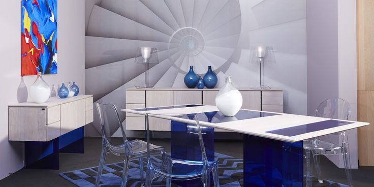 Salle à manger design de la collection Modulight de Rigaux. Table à manger et buffet en chêne massif et verre de couleur. Chaises en plastique transparent Scab Design. Papier peint de la collection Ratio de Rebel Walls.