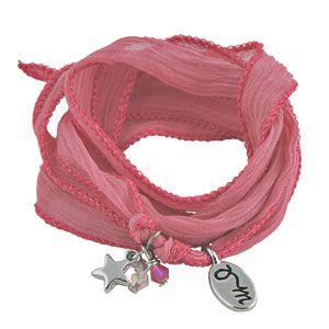 Imago ID Webshop loves deze 100% zijde Rakhi armband 'Blush Pink' uit de Flow Collection by Jozemiek. De armband is mooi afgebiesd en voorzien van een zilver sterretje, facet kraaltjes en het Jozemiek bedel.  De armband is helemaal on trend met zijn pastel roze kleur en menig blogger loopt er mee weg.  Doe jezelf een plezier en trakteer jezelf, je moeder of een vriendin op zo'n betaalbare Rakhi armband 'Blush Pink' uit de Flow Collection. Het is een gebaar afkomstig recht uit jouw hart.