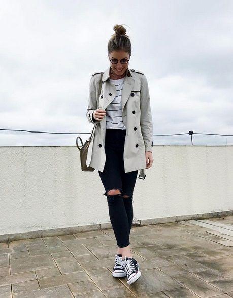 Meu look com tshirt listrada, calça jeans preta rasgada, trench coat burberry, óculos, bolsa de alça comprida, tênis converse e coque
