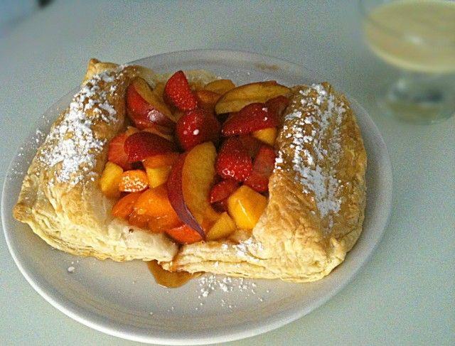 macedonia di frutta su cuscino di sfoglia
