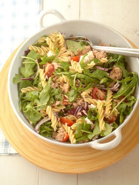 Dit superlekkere recept voor snelle pastasalade met tonijn komt van Uitpaulineskeuken.nl. Kook de pasta gaar in water met zout. Halveer de kerstomaatjes en snij de ui in halve ringen. Snij de feta in blokjes en maak de tonijn los met een vork. Doe de rucola in een kom, samen met de tomaatjes, de ui, de feta en de […]
