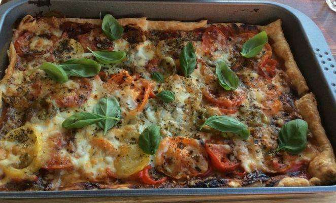 Bladerdeeg pizza. Ideaal voor als je niet veel tijd hebt en toch lekker wilt eten. Leef je uit met de ingrediënten.