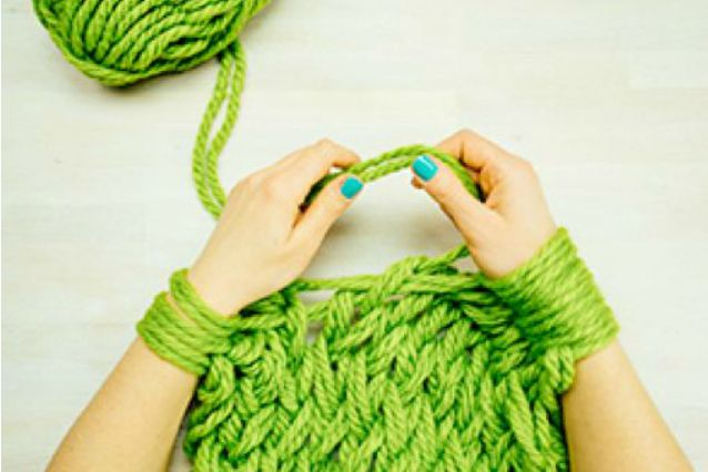 Avete sempre desiderato realizzare dei maglioni e delle sciarpe ma non sapete utilizzare ferri ed uncinetto? Per voi arriva l'arm knitting, la tecnica che permette di lavorare a maglia servendosi solo di mani e braccia.