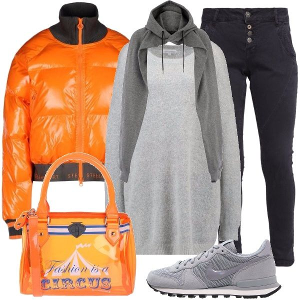 Outfit casual adatto per la città: bellissimo bomber arancio, abbinato ai jeans skinny alla caviglia e al maglione oversize grigio mélange. Gli accessori sono: una sciarpa che si crede una felpa, una borsa fashion e delle sneakers grigie.