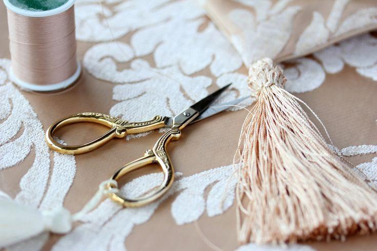皆さんは「タッセル」というものをご存知ですか? タッセルは束ねた糸や紐でできている非常に歴史のある装飾のことで、衣服や帽子などのファッションに使われるほか、カーテンなどのインテリアにも使用されています。格式高い雰囲気ながらもとっても可愛いので、人気の高いモチーフなんですよ♪ そんな人気のタッセル、ピアスに取り入れてみませんか? 実は、キュートなタッセルピアスが簡単にハンドメイドできてしまうんです! この記事の目次 とっても可愛いタッセルピアスを自作しよう! 作り方の解説 わかりやすい動画を参考にしましょう! みんなが作ったタッセルピアス☆作例をご紹介♪ #1 コットンパールでお上品に #2 太めのヒモで大人っぽい雰囲気に #3 ビーズのタッセルで爽やかに #4 複数のカラーの糸を使って元気に #5 小さなタッセルを重ねて可愛らしく #6 糸ではなく布を使ってカジュアルに 簡単手作りタッセルピアスでオリジナルファッションを♪ とっても可愛いタッセルピアスを自作しよう!…