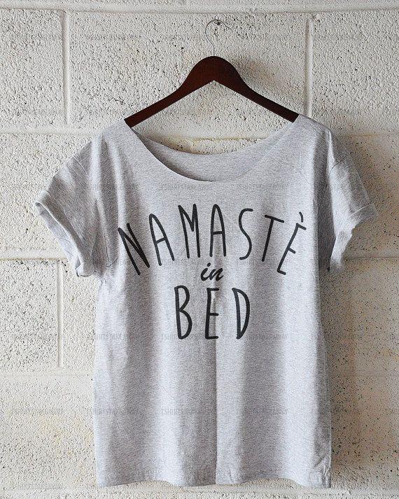 Namaste In Bed Damen-t-Shirt Schulter T-shirt von TshirtsTakeaway