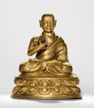 """乍浦巴·索南贝瓦 创作年代 16世纪 尺寸 高19cm 估价 400,000 - 500,000 HKD 成交价 -- 作品分类 佛教文物其它 作品描述 后藏 红铜鎏金 乍浦巴•索南贝瓦(Brag phug pabsod nams dpal ba,1277~1350年),萨迦派道果传承第十五任祖师,在汉译密教文献《吉祥喜金刚集轮甘露泉》中写作""""不啰二合蒲琐南巴辣""""。1 他年轻时想要依止八思巴的二次第殊胜心子,八思巴的道果法弟子香款乔贝(Zhang ston dkon mchog dpal,1250~1317年),于是就在他座前出家并依止日久,完全听受了喜金刚无我母、上乐、金刚怖畏、大日如来中围、佛顶尊胜、金刚大黑天等具吉祥萨迦净法等之灌顶、加持、随许、大宝语释道等要门、注释续、所有修习都全部深入领会,特别是在萨迦传承道果法方面获得了完整的教授。其后,又在导师大宝智者札熏巴(Grags gzhon pa)座前悉心服侍,并在喇嘛译师觉丹(Bla ma lo tsA ba mchog ldan)、噶丹巴衮索(dGa'ldan pa kun bsod)、萨切哇恪遵熏努珠(Sa…"""