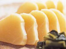 おいしい漬物「すぐき」について|京都の漬物なら 御すぐき處京都なり田「すぐき漬け」といえば、千枚漬、しば漬と並び、京都の冬の代表的なお漬物です。これらは「京都三大漬物」と呼ばれ、おいしい冬の味覚として京都をはじめ、全国の方々に愛されてきました。 「すぐき漬け」は「すぐき」と「塩」だけで漬け込んで作られ、乳酸菌による発酵作用による味わい深い酸味が特徴です