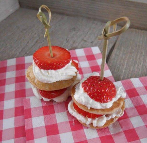Toetje met poffertjes en aardbeien