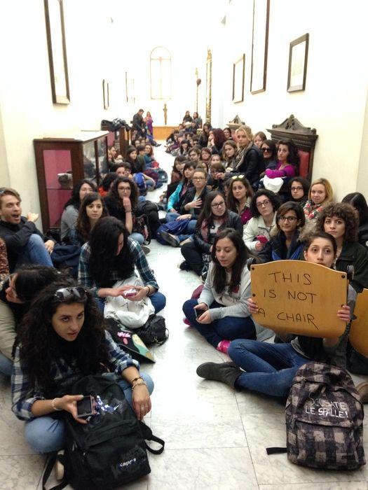 Grognards: Sedie rotte,protesta studenti UniversitàCda promet...