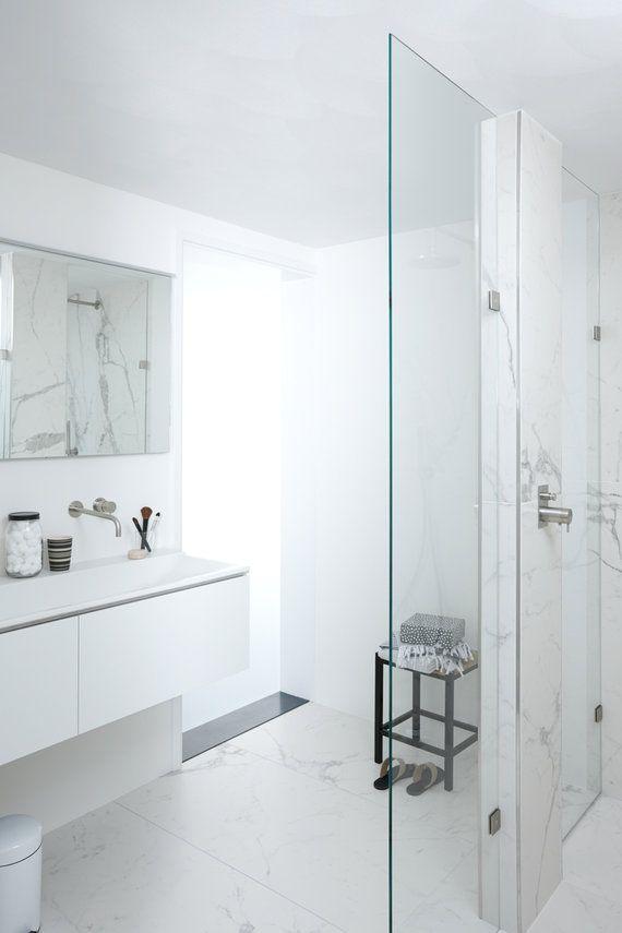 Complete badkamer van Baden+ met luxe hotel-uitstraling. All Marble met XXL marmeren wand- en vloertegels, met inloopdouche op maat gemaakte glazen douchewand en wit badkamermeubel #mixenmatch #badenplus #badkamer #wellness #marmer
