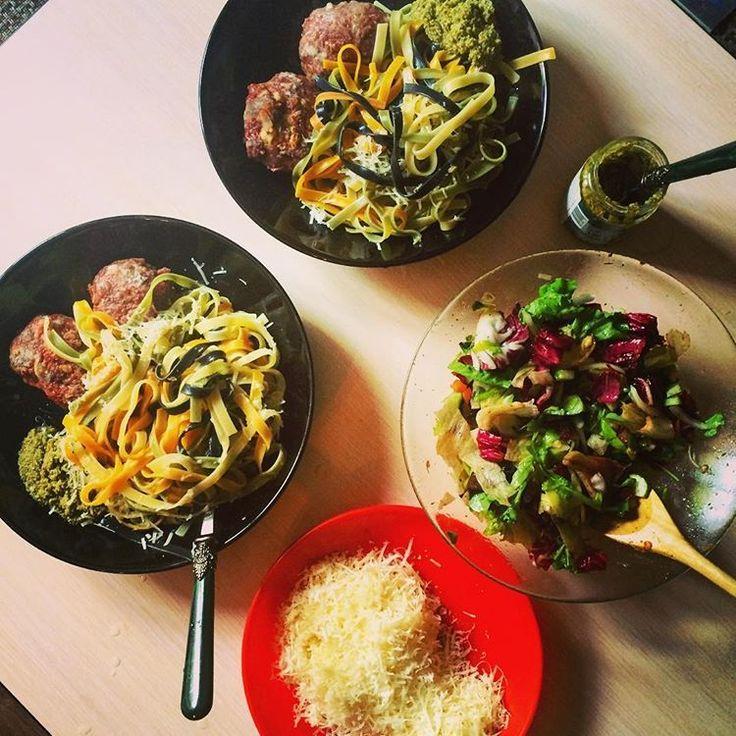 Воскресный ужин всегда особенный,мы любим готовить вместе,и на приготовление пищи можно потратить гораздо больше времени,чем в будни ��Итальянская кухня,пожалуй,самая любимая��И,конечно,не представляю свой стол без салата��☘Мицуна,мангольд,тат цой,огурцы,айсберг,радичио,морковь,руккола ������И,конечно,бальзамический уксус.Что может быть вкусней,не предсталяю☺️☺️ #мыточтомыедим#гастрономическиерадости #наслаждайсякаждыммоментом#итальянскаякухня #вкусно#полезно#едаялюблютебя…