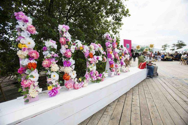 ALMERE STRAND - Op het strand van Almere wordt van 15 tot en met 21 mei de Libelle-Zomerweek gehouden. Het is alweer de 21-ste editie van dit graag en door veel vrouwen bezochte evenement. Shoppen, lachen met vriendinnen, meedoen met workshops, genieten van bekende artiesten, nieuwe producten proeven, Libelle-columnisten & schrijvers ontmoeten, de nieuwste mode-
