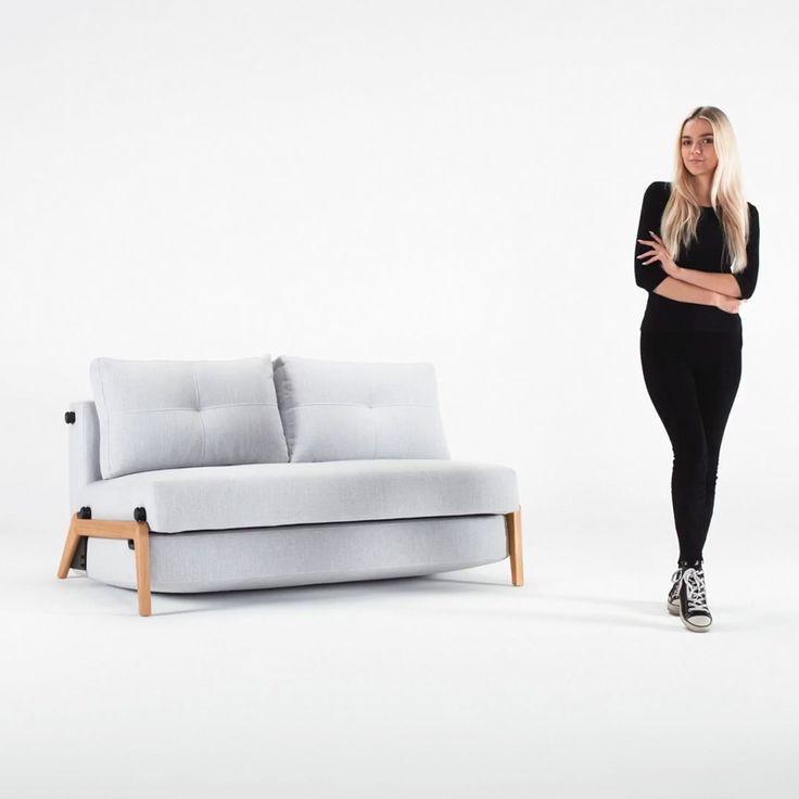 El sofá cama Cubed es una magnífica opción para salones multifunción con poco espacio. Su estructura es de madera de roble de origen sostenible y su acabado es en lacado natural.