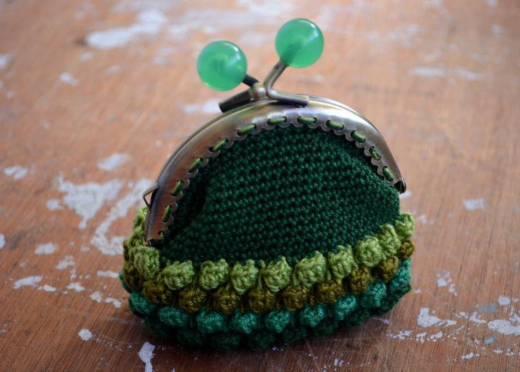 handmade crochet purse  https://www.facebook.com/photo.php?fbid=676925119016121&set=pb.369353239773312.-2207520000.1394536323.&type=3&theater