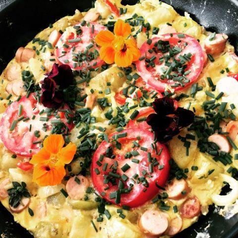 Spansksinspireret kartoffelæggekage lavet på rester. Hvor lækkert er det lige. På spansk er denne æggekage en torlilla. Tortilla er fast ...