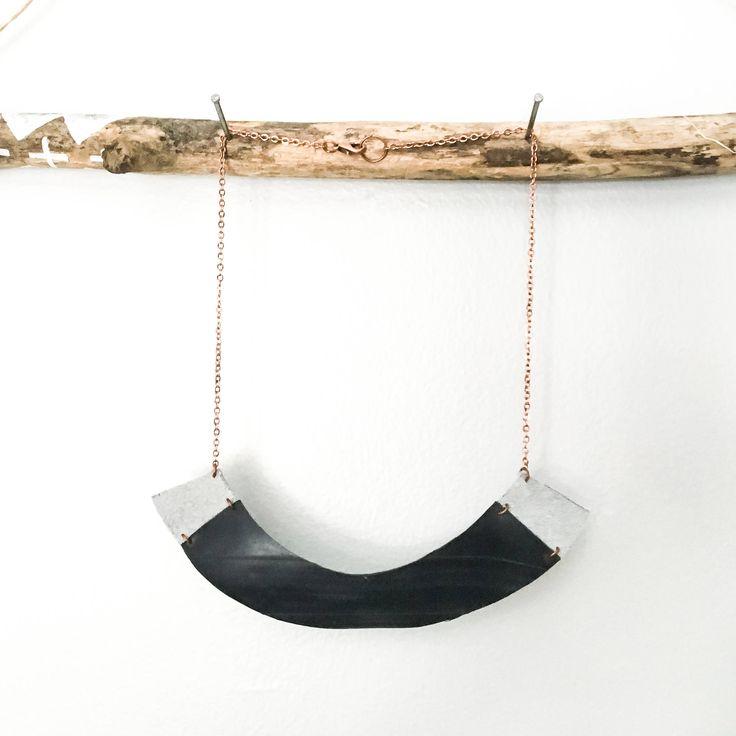 Collier demi-lune noir avec ajouts de suede