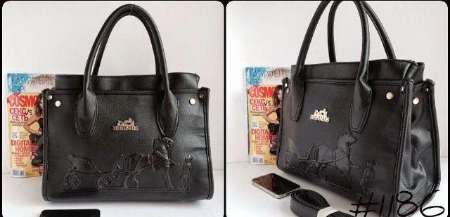 У каждой женщины в коллекции, наверняка, найдется черная сумка, даже если эта коллекция невелика. Ведь черная сумка – это классика, которая всегда актуальна и уместна в любой ситуации. Можно смело сказать, что черные сумки никогда не выйдут из моды, подобно маленькому черному платью или белой сорочке.   Hermes Материал: экокожа Цвет: черная Размер: 35 см/27 см/18 см