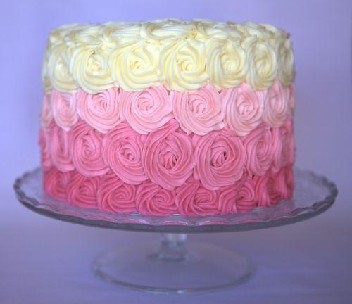 Torta decorada con rosas de crema de mantequilla....bellísima!