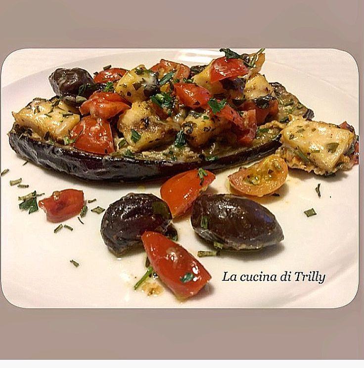 Ingredienti per 6 barchette:    3 melanzane piccole  450 g di pesce spada tagliato a cubetti  12 olive nere grosse  3 cucchiai di parmi...