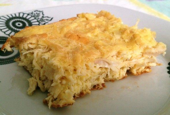Torta de Frango sem Farelos 3 ovos 2 Colher (es) de sopa de Maisena 2 Colher (es) de sopa de requeijão light ou zero gordura 1 Colher (es) de sobremesa de fermento em pó 1/2 peito de frango cozido