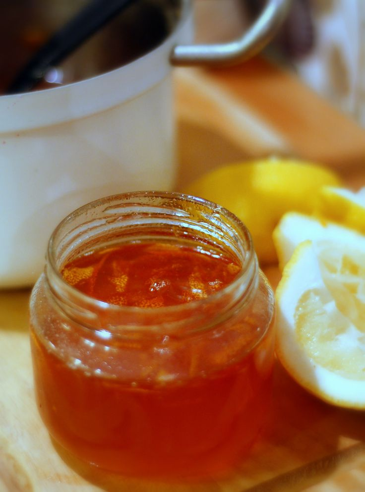 [ Engelsk marmelad ] 3 pomeranser / 1 citron / 2 dl vatten / 1 dl hett vatten / ca 8 dl syltsocker   Skrubba pomerans, skala orangea skalet. Finstrimla i kastrull. Klyfta pomeranser, citron, pressa ut saften i kastrullen. Lägg pomeransresterna (innerskal + fruktkött) i saftsilduk, knyt kanterna ordentligt. Lägg i egen kastrull, slå 1 dl hett vatten, sjud svag. Pressa på duken med en sked, låt droppa av i kastrullen. Häll spadet i kastrullen. Koka m vatten, socker omrörning ca 20 min. Gör…