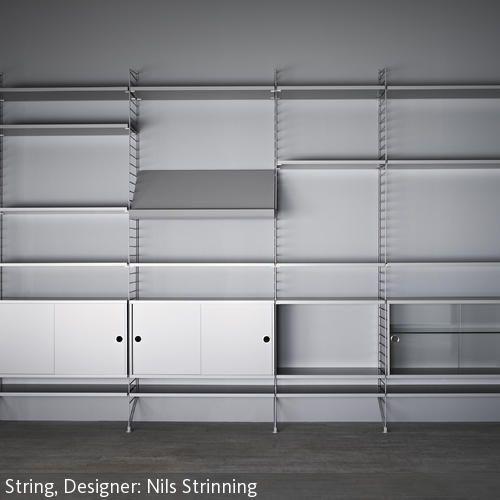 """Das """"String System""""-Regal wurde im Jahr 1949 von Nils Strinning entworfen. In den letzten fünfzig Jahren ist es zu einem der beliebtesten Stücke klassischen…"""