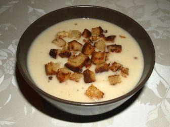 Zellerkrémleves recept: Selymes, sűrű zellerkrémleves, vajban pirított rozmaringos, diós croutonnal. http://aprosef.hu/zellerkremleves_recept